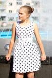 Κορίτσι σε ένα φόρεμα Πόλκα-σημείων και αναδρομικά γυαλιά Στοκ εικόνες με δικαίωμα ελεύθερης χρήσης