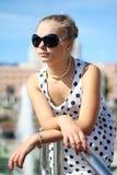 Κορίτσι σε ένα φόρεμα Πόλκα-σημείων και αναδρομικά γυαλιά Στοκ εικόνα με δικαίωμα ελεύθερης χρήσης