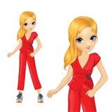 Κορίτσι σε κόκκινο Pantsuit και τα μεγάλα πάνινα παπούτσια ελεύθερη απεικόνιση δικαιώματος