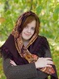 Κορίτσι σε μια ανασκόπηση του πράσινου φυλλώματος Στοκ εικόνα με δικαίωμα ελεύθερης χρήσης
