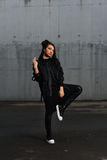 Κορίτσι σε μια μαύρη τοποθέτηση φορεμάτων στο χώρο στάθμευσης Στοκ Εικόνα
