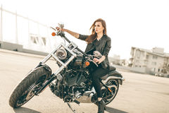 Κορίτσι σε μια μοτοσικλέτα στοκ φωτογραφίες με δικαίωμα ελεύθερης χρήσης
