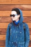 Κορίτσι σε μια μπλε ζακέτα με μια κουκούλα, Στοκ Φωτογραφία