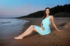 Κορίτσι σε μια παραλία Στοκ Εικόνες