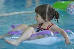 Κορίτσι σε μια πισίνα Στοκ Εικόνες
