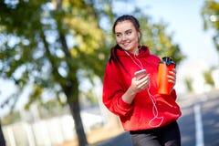 Κορίτσι σε μια προθέρμανση στην οδό στο πάρκο στοκ εικόνα με δικαίωμα ελεύθερης χρήσης