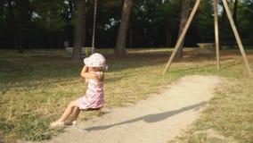 Κορίτσι σε μια ταλάντευση Έχετε τη διασκέδαση οδηγώντας το bungee φιλμ μικρού μήκους