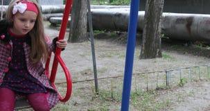 Κορίτσι σε μια ταλάντευση στην περιοχή εργασίας φιλμ μικρού μήκους