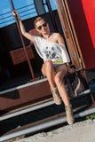 Κορίτσι σε μια τοποθέτηση τραμ στοκ εικόνες