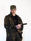 Κορίτσι σε ομοιόμορφο με ένα πυροβόλο όπλο και ένα μαχαίρι Στοκ φωτογραφίες με δικαίωμα ελεύθερης χρήσης