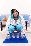 Κορίτσι σε sportwear βάρη ανύψωσης στοκ φωτογραφία με δικαίωμα ελεύθερης χρήσης