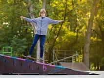 Κορίτσι σκέιτερ στο skatepark που κινείται skateboard υπαίθρια στοκ φωτογραφίες