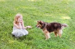 κορίτσι σκυλιών λίγα Στοκ εικόνες με δικαίωμα ελεύθερης χρήσης