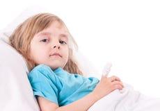 κορίτσι σπορείων λίγη μητέρα κοντά στο άρρωστο θερμόμετρο συνεδρίασης Στοκ Φωτογραφία