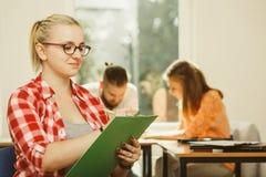 Κορίτσι σπουδαστών μπροστά από τους συντρόφους της στην τάξη Στοκ Εικόνα