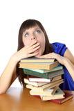 Κορίτσι σπουδαστών που βασανίζεται με την ανάγνωση των βιβλίων στοκ εικόνες