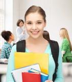Κορίτσι σπουδαστών με τη σχολικά τσάντα και τα σημειωματάρια Στοκ εικόνα με δικαίωμα ελεύθερης χρήσης