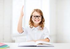 Κορίτσι σπουδαστών που μελετά στο σχολείο Στοκ Εικόνες