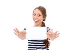 Κορίτσι σπουδαστών που παρουσιάζει άσπρο κενό φύλλο - διάστημα αντιγράφων Στοκ Εικόνες