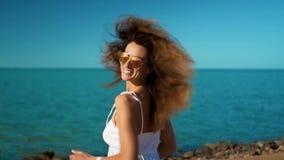 Κορίτσι στα άσπρα τρεξίματα φορεμάτων στη θάλασσα απόθεμα βίντεο