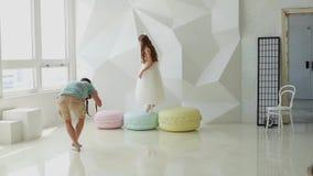 Κορίτσι στα βήματα φορεμάτων τεράστια macaroons απόθεμα βίντεο