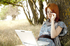 Κορίτσι στα γυαλιά και το σημειωματάριο στοκ φωτογραφίες με δικαίωμα ελεύθερης χρήσης