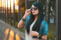 Κορίτσι στα γυαλιά ηλίου ηλιοβασίλεμα ακτίνων ήλιων Στοκ φωτογραφία με δικαίωμα ελεύθερης χρήσης