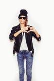 Κορίτσι στα γυαλιά ηλίου που διαμορφώνουν μια καρδιά με τα χέρια της Στοκ Εικόνες
