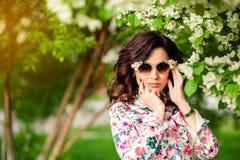 Κορίτσι στα γυαλιά ηλίου σε ένα ανθίζοντας Apple-δέντρο Στοκ εικόνες με δικαίωμα ελεύθερης χρήσης