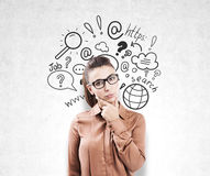 Κορίτσι στα γυαλιά και τα εικονίδια αναζήτησης Διαδικτύου Στοκ φωτογραφία με δικαίωμα ελεύθερης χρήσης
