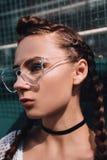 Κορίτσι στα γυαλιά με τις πλεξίδες υπαίθρια Στοκ Φωτογραφίες