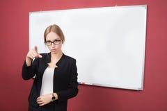 Κορίτσι στα γυαλιά που δείχνει το δάχτυλό της Στοκ φωτογραφία με δικαίωμα ελεύθερης χρήσης