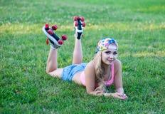 Κορίτσι στα εκλεκτής ποιότητας σαλάχια κυλίνδρων που βρίσκονται στη χλόη Στοκ φωτογραφία με δικαίωμα ελεύθερης χρήσης