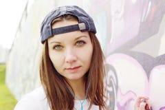 κορίτσι στα κοντινά γκράφιτι Στοκ Εικόνες