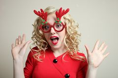 Κορίτσι στα κόκκινα γυαλιά Χριστουγέννων Στοκ Φωτογραφία