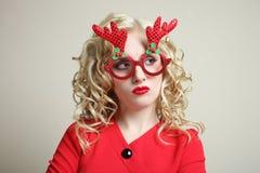Κορίτσι στα κόκκινα γυαλιά Χριστουγέννων Στοκ εικόνα με δικαίωμα ελεύθερης χρήσης