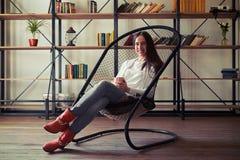 Κορίτσι στα κόκκινα παπούτσια που κάθεται σε μια καθαρός-καρέκλα Στοκ φωτογραφίες με δικαίωμα ελεύθερης χρήσης
