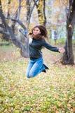 Κορίτσι στα μαύρα άλματα σακακιών στοκ εικόνες