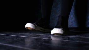 Κορίτσι στα πάνινα παπούτσια νευρικά και ρυθμικά που βαδίζουν βαριά φιλμ μικρού μήκους