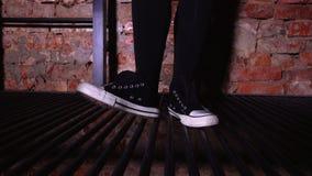 Κορίτσι στα πάνινα παπούτσια νευρικά και ρυθμικά που βαδίζουν βαριά απόθεμα βίντεο