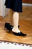 Κορίτσι στα παπούτσια των γυναικών Στοκ Εικόνες