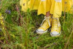Κορίτσι στα πορφυρά λουλούδια υπαίθρια το καλοκαίρι Στοκ φωτογραφίες με δικαίωμα ελεύθερης χρήσης
