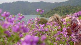 Κορίτσι στα ρόδινα λουλούδια φιλμ μικρού μήκους