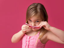 Κορίτσι στα ρόδινα γυαλιά ηλίου που εξετάζει τη κάμερα Στοκ Εικόνες
