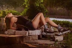 Κορίτσι στα σαλάχια κυλίνδρων Στοκ Φωτογραφία