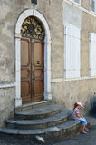 Κορίτσι στα σκαλοπάτια ενός παλαιού κτηρίου Στοκ Φωτογραφίες