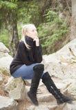 Κορίτσι στα σκαλοπάτια πετρών Στοκ Φωτογραφία