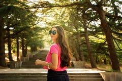 Κορίτσι στα σκαλοπάτια στον ήλιο Στοκ Φωτογραφία