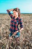 Κορίτσι στα σορτς τομέων πουκάμισων, υπαίθρια αναψυχή σίτου, όμορφη τρίχα Ένας σπουδαστής περπατά μετά από το σχολείο Η γυναίκα ` Στοκ Φωτογραφίες