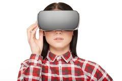 Κορίτσι στα σύγχρονα κουμπιά Τύπου κασκών και το βίντεο προσοχής Στοκ φωτογραφίες με δικαίωμα ελεύθερης χρήσης